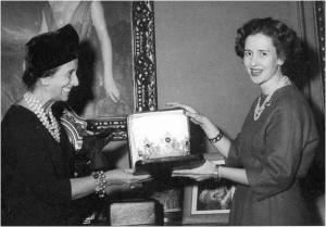 6 décembre 1960 : l'épouse de Franco offre le diadème à la future Reine Fabiola